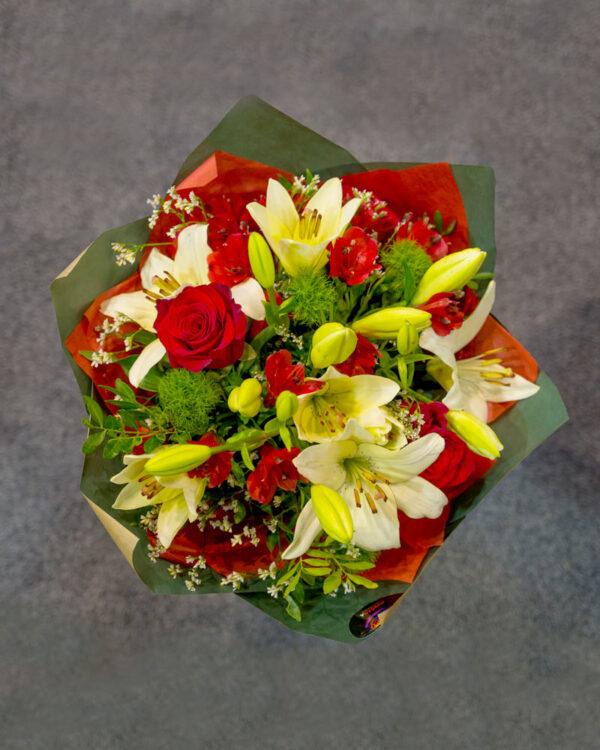Buket od ruža, alstromerije, ljiljana, hrizanteme
