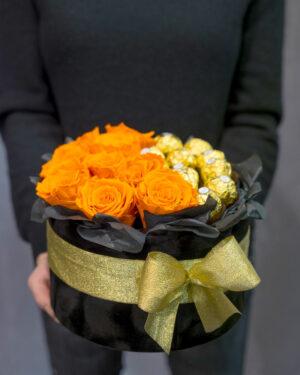Ruže i čokoladice u kutiji